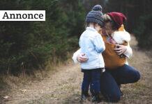 Mor med børn i skoven