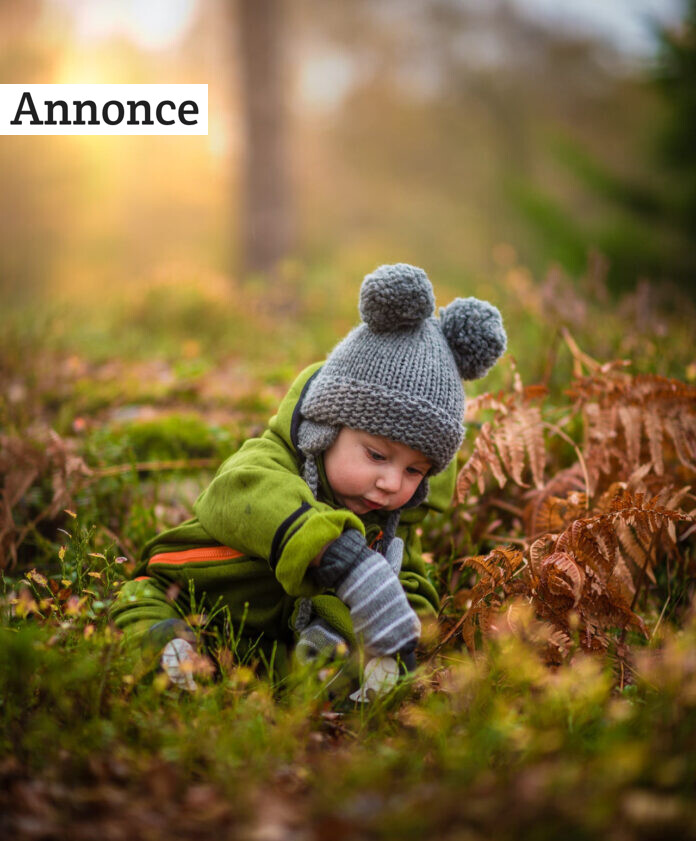 En baby i naturen.